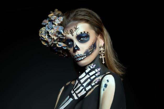 Jonge vrouw met een halloween-make-up en kostuum