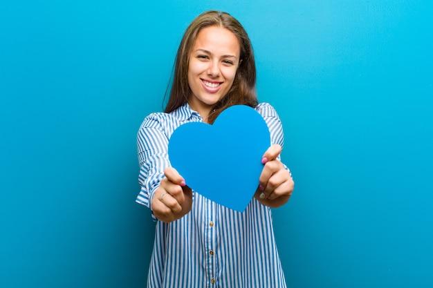 Jonge vrouw met een hartvorm