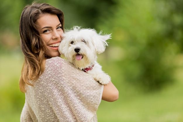 Jonge vrouw met een hond