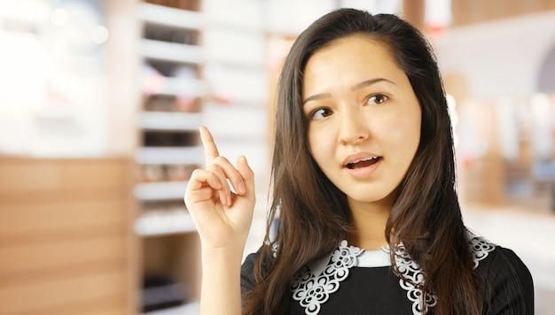 Jonge vrouw met een idee