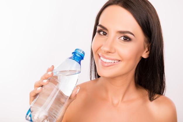 Jonge vrouw met een in hand fles