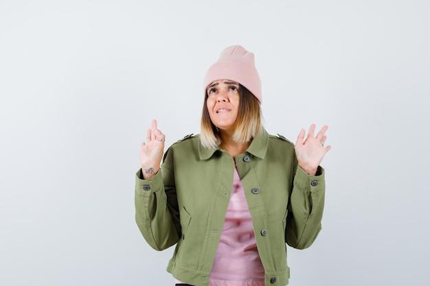 Jonge vrouw met een jas en een roze hoed