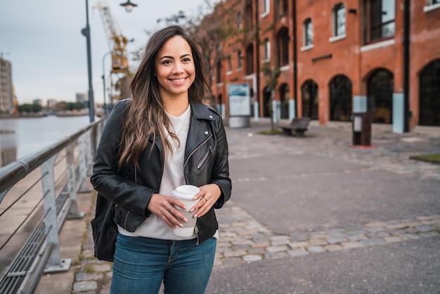 Jonge vrouw met een kopje koffie.