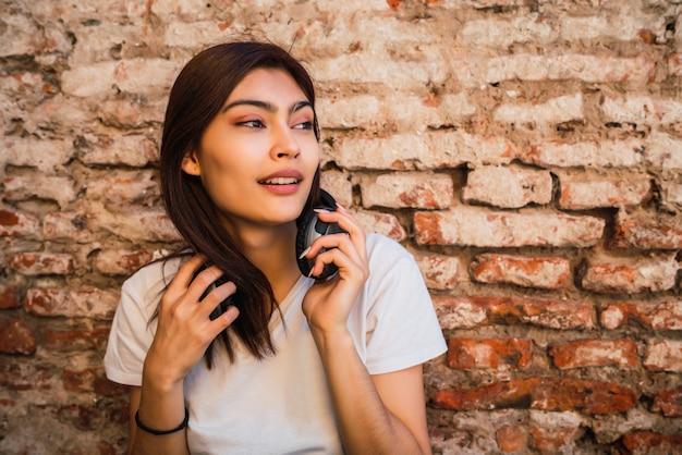 Jonge vrouw met een koptelefoon.