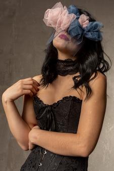 Jonge vrouw met een krans van rozen op haar gezicht. lijdend aan eenzaamheid
