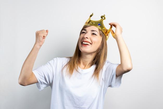 Jonge vrouw met een kroon op haar hoofd en een verbaasd gezicht