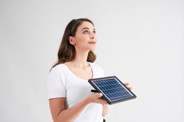 Jonge vrouw met een model van zonnepaneel