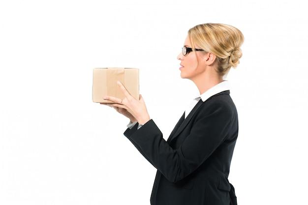 Jonge vrouw met een pakket