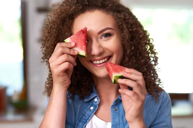 Jonge vrouw met een plakje watermeloen