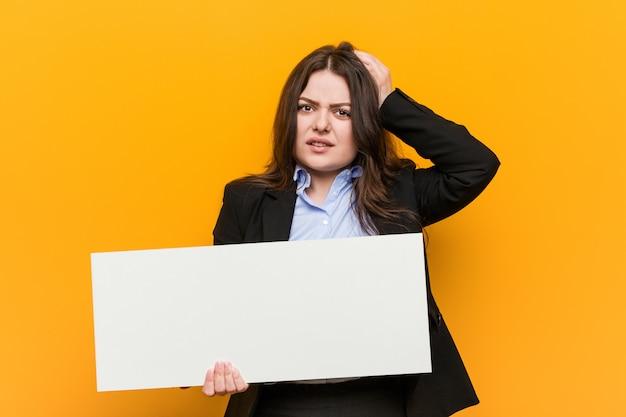 Jonge vrouw met een plakkaat dat geschokt is, heeft ze een belangrijke vergadering onthouden.
