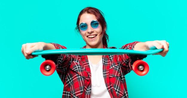 Jonge vrouw met een skateboard