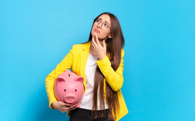 Jonge vrouw met een spaarvarken