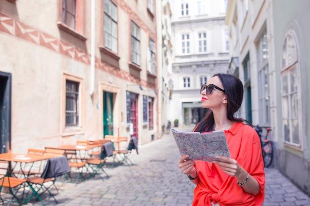 Jonge vrouw met een stadskaart in stad