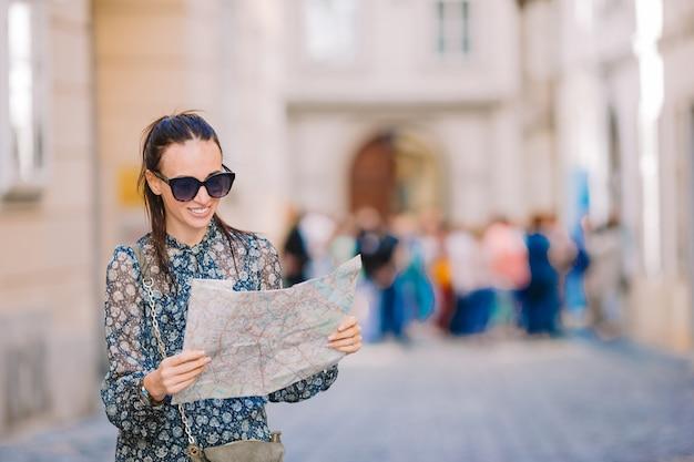 Jonge vrouw met een stadskaart
