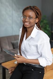 Jonge vrouw met een tablet op het werk