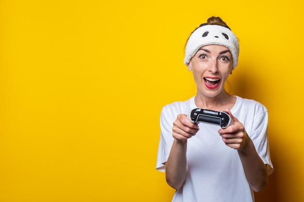 Jonge vrouw met een verwante uitdrukking met een joystick in handen.