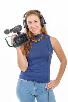 Jonge vrouw met een videocamera, op witte achtergrond