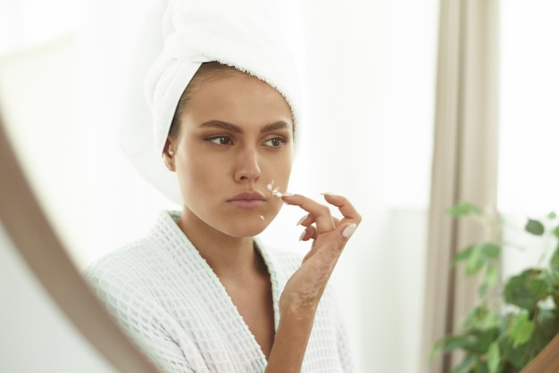 Jonge vrouw met een witte handdoek op haar hoofd