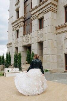 Jonge vrouw met een witte jurk vanaf de achterkant