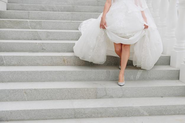 Jonge vrouw met een witte jurk