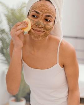 Jonge vrouw met een zelfgemaakt masker op haar gezicht