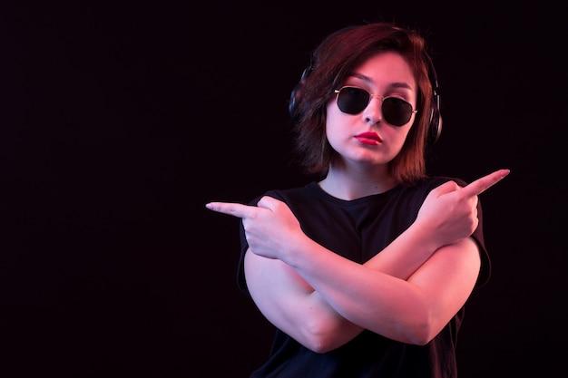 Jonge vrouw met een zonnebril wijzen op