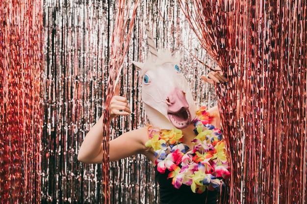 Jonge vrouw met eenhoorn masker