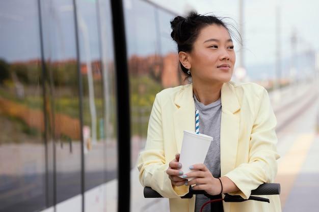 Jonge vrouw met elektrische autoped