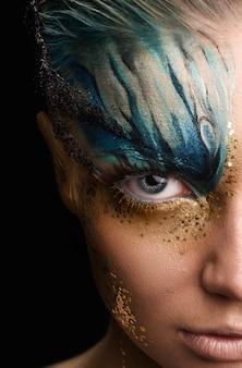 Jonge vrouw met fantasie make-up. detailopname