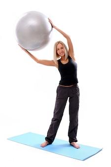 Jonge vrouw met fitness bal