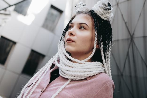 Jonge vrouw met futuristische uitstraling