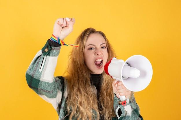 Jonge vrouw met gay pride-megafoon