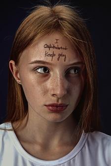 Jonge vrouw met geestelijke gezondheidsproblemen