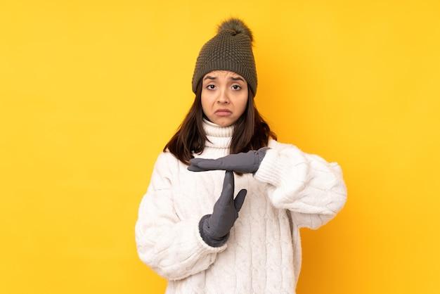 Jonge vrouw met geïsoleerde de winterhoed