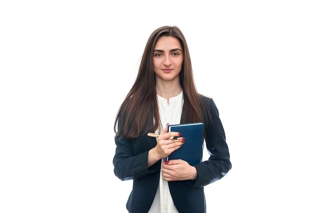 Jonge vrouw met geïsoleerde pen en agenda