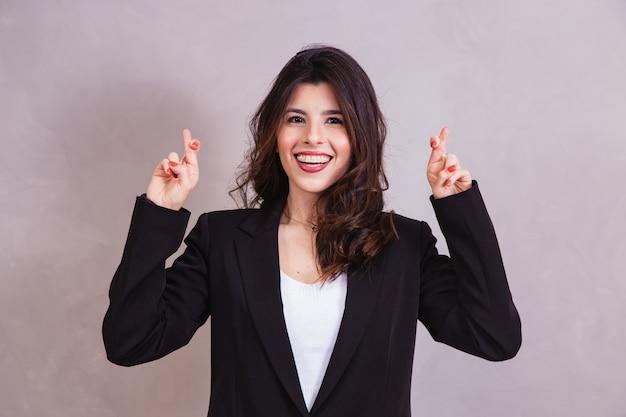 Jonge vrouw met gekruiste vinger. gelukkig concept