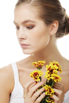 Jonge vrouw met gele chrysant