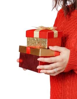 Jonge vrouw met geschenkdozen