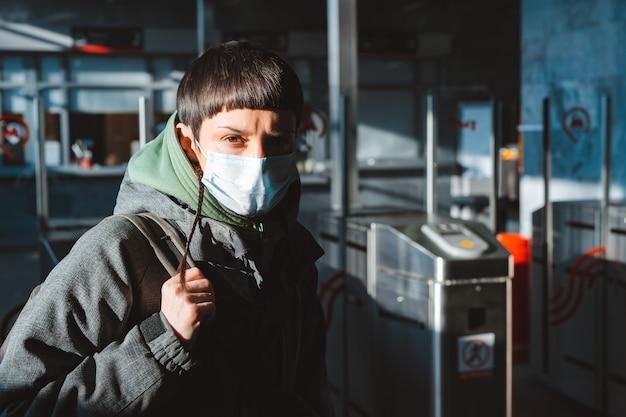Jonge vrouw met gezichtsmasker in de straten. coronavirus bescherming
