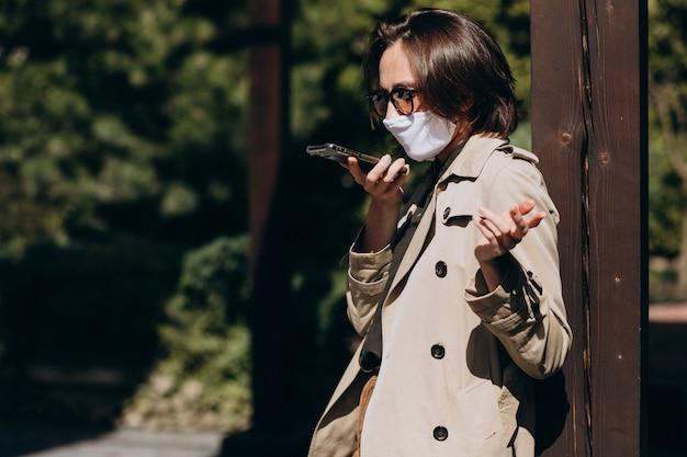 Jonge vrouw met gezichtsmasker
