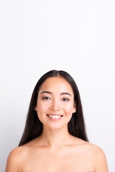 Jonge vrouw met gezond huid dicht omhooggaand portret