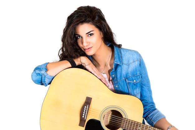 Jonge vrouw met gitaar