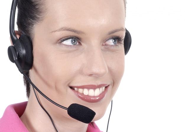 Jonge vrouw met glimlach en hoofdtelefoon