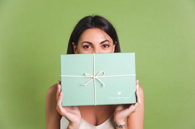 Jonge vrouw met groene geschenkdoos