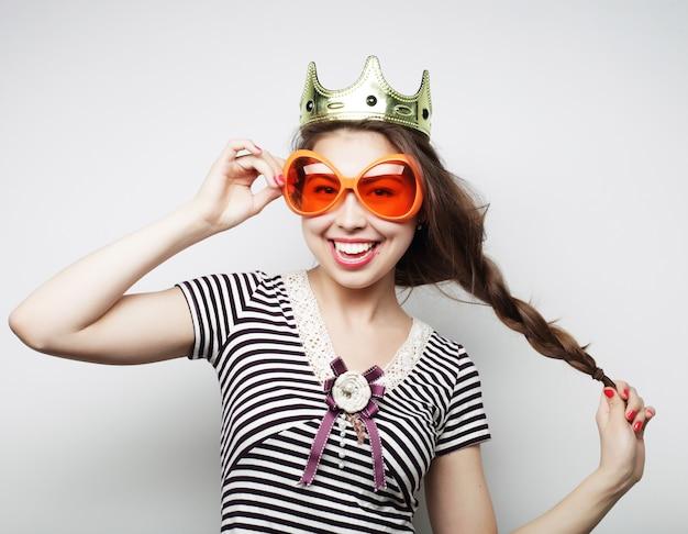 Jonge vrouw met grote partijglazen