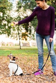 Jonge vrouw met haar hond in het park