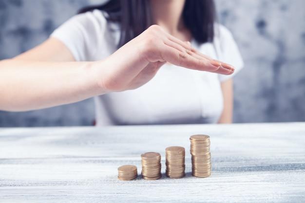 Jonge vrouw met hand bespaart geld