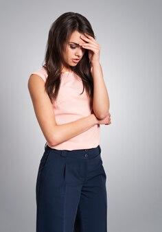 Jonge vrouw met harde sinusitis