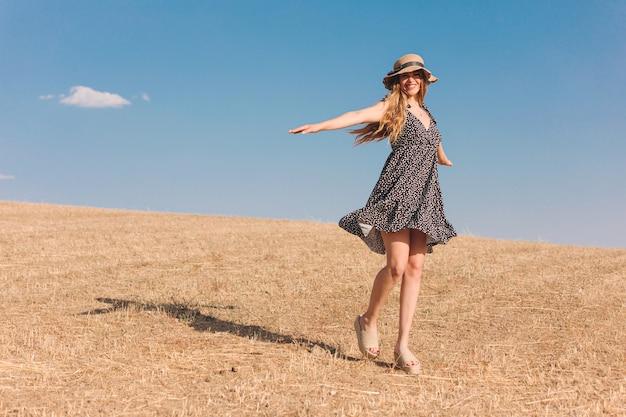 Jonge vrouw met hoed in de zomer