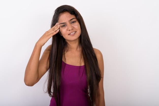 Jonge vrouw met hoofdpijn tijdens het dragen van mouwloos benadrukt